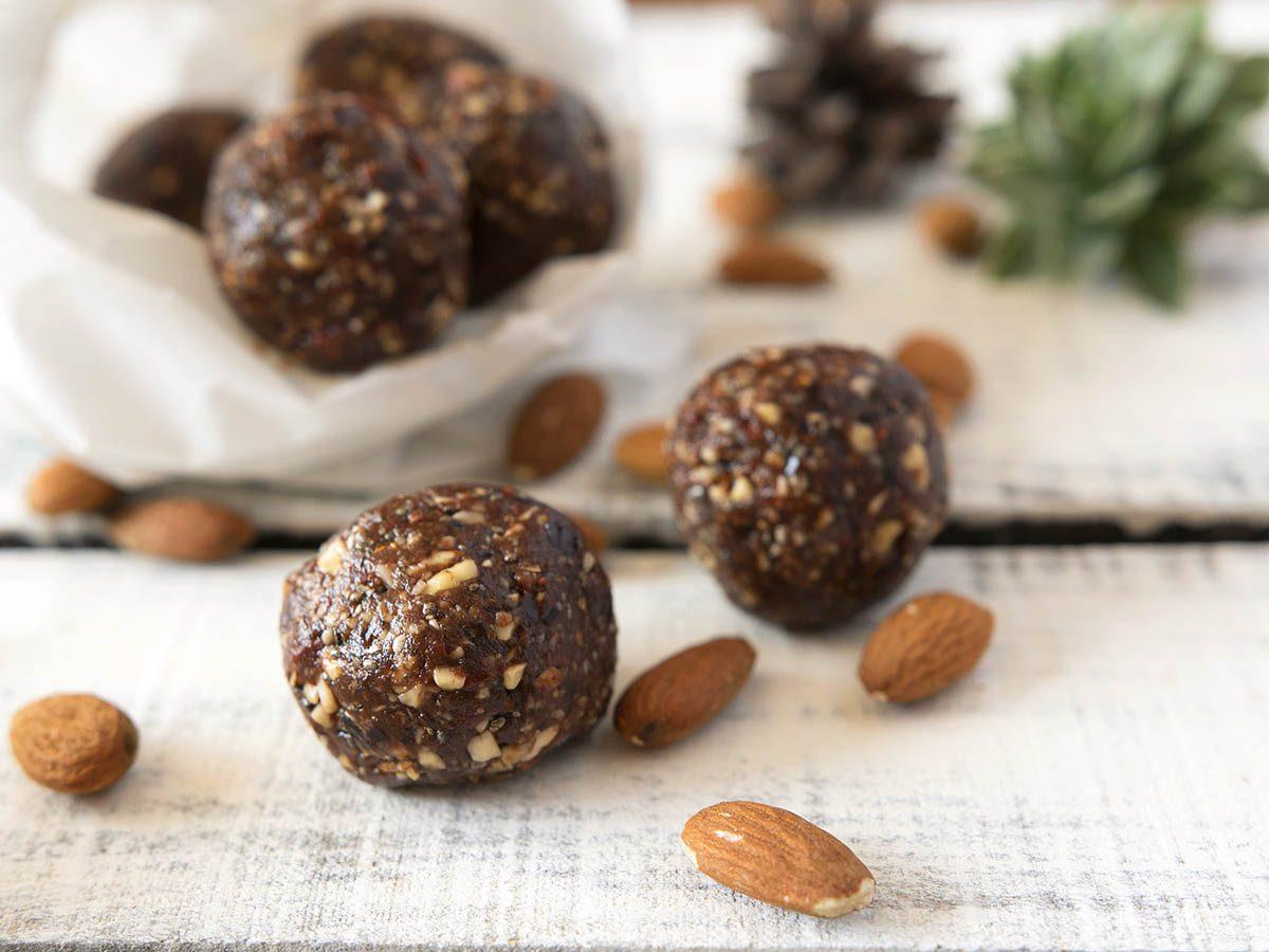 Recettes graine de chia : bouchées d'énergie aux amandes et aux dates.