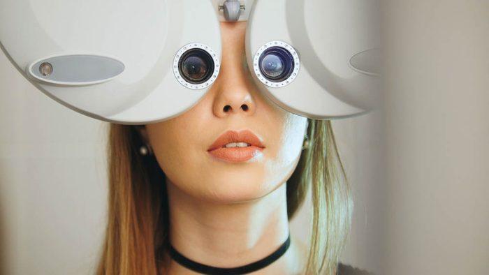 Se frotter les yeux peut déformer la cornée.