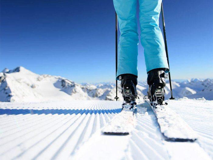 Faire du ski cet hiver vous aidera à brûler des calories.