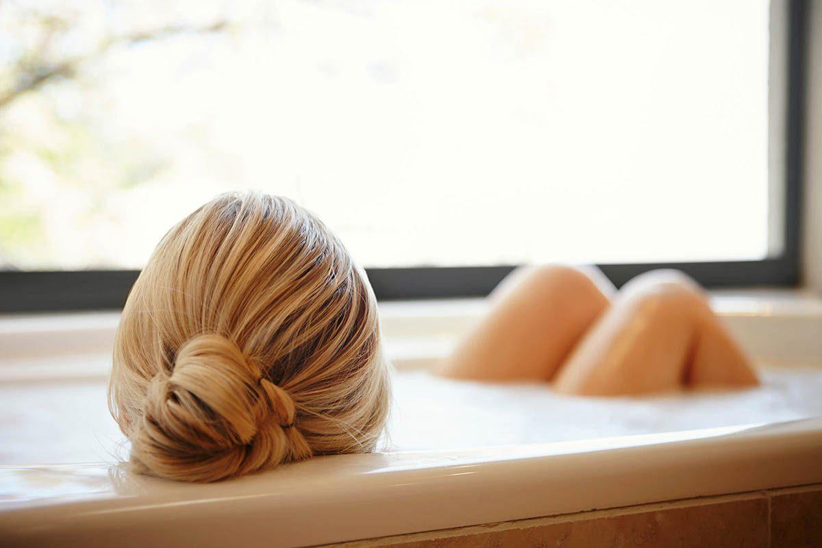 Pour soigner les hémorroïdes, prenez des bains.