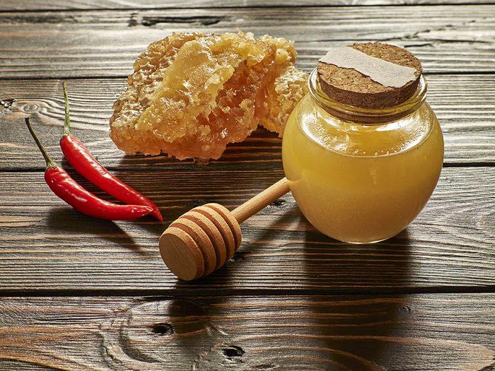 Pour combattre la toux, préparez un sirop maison à base de piment de cayenne.