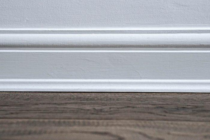 Votre maison vous fait vieillir si les plinthes et les bordures des fenêtres sont élaborés.
