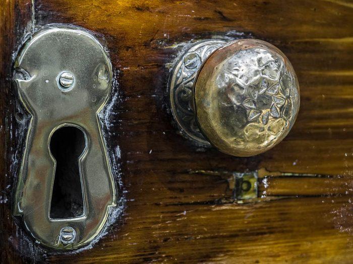 Votre maison vous fait vieillir vos portes sont ornées de pièces en bronze huilé.