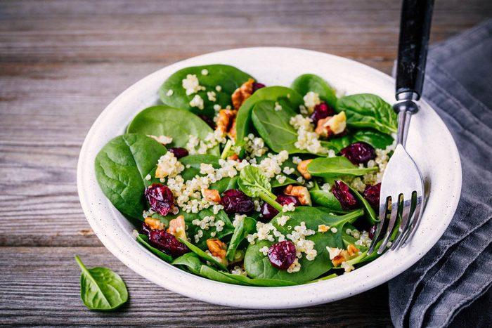 Ajoutez du vinaigre de cidre de pomme à une salade de quinoa.