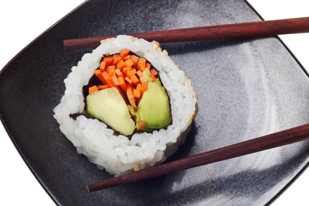 Ajoutez du vinaigre de cidre de pomme à des sushis végétariens.