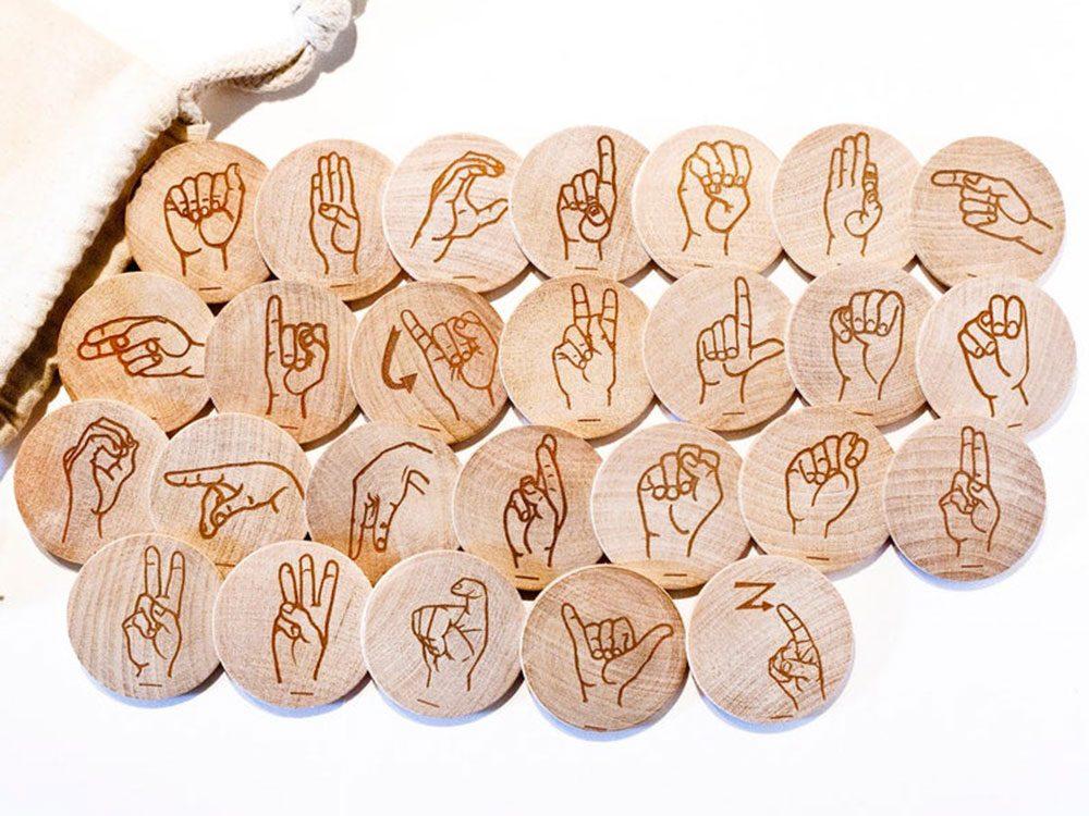 Idée cadeau: des cartes flash Alphabet en langue des signes.