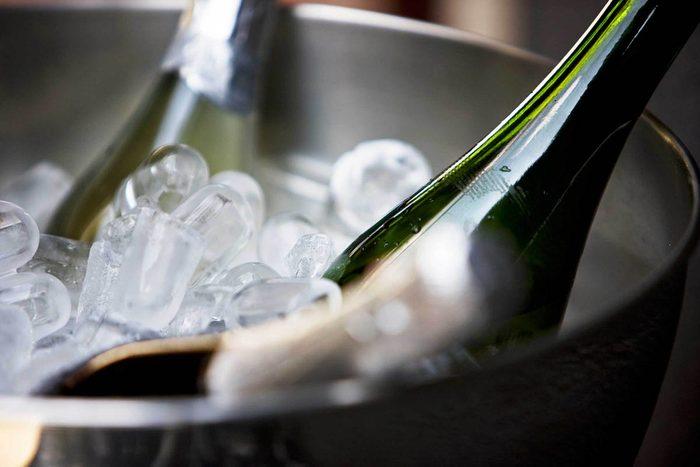 Cadeaux à éviter : une bouteille de vin bien fraîche.