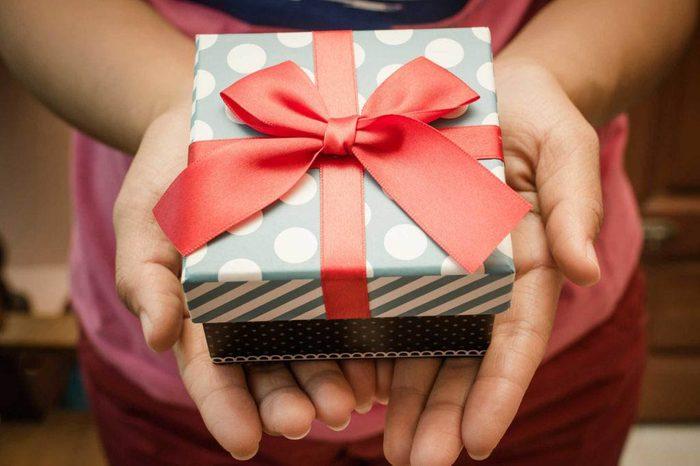 Les cadeaux gag pourraient être embarrassants.