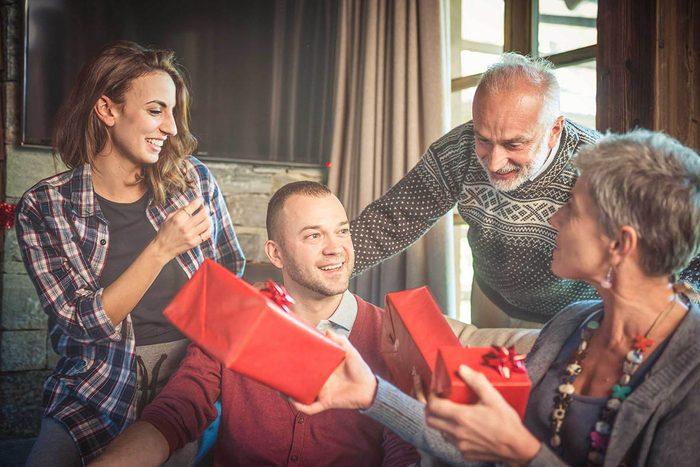 Cadeaux à éviter : offrir le même présent que l'an passé.
