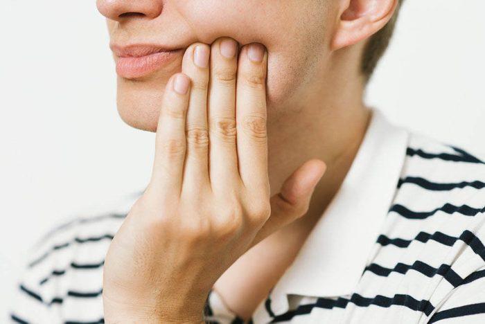 Réaction du corps le matin : votre mâchoire est douloureuse et vous avez un mal de tête.