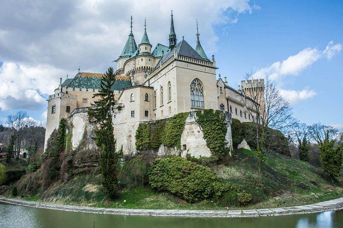 Destination de voyage : le château de Bojnice en Slovaquie.
