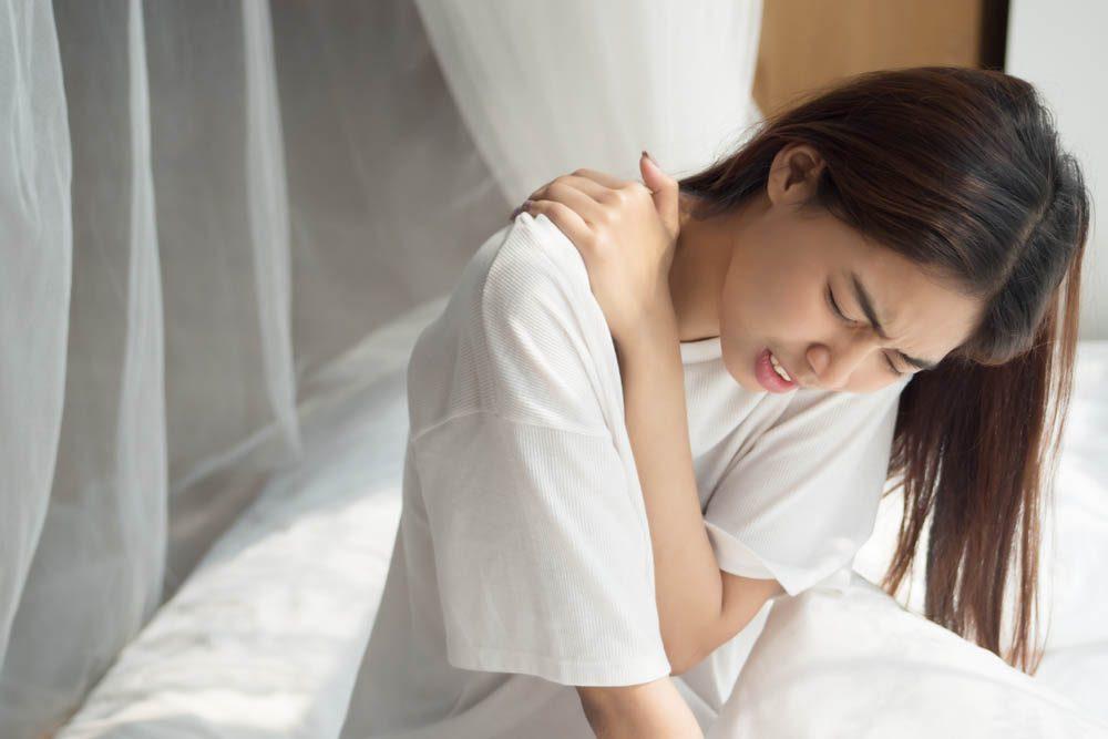 Une douleur entre les omoplates peut être due à une épaule ailée.