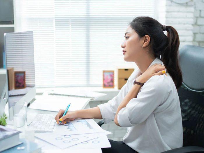 Une mauvaise posture peut être la cause de votre douleur entre les omoplates.
