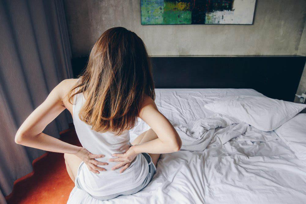 Une douleur entre les omoplates peut être causée par une hernie discale.