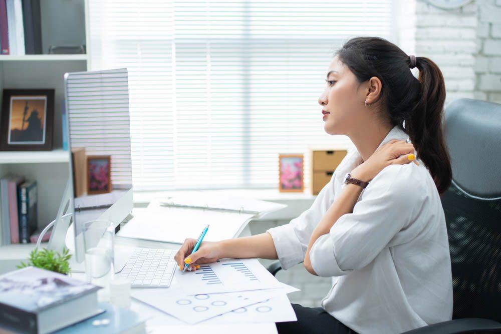 Une douleur entre les omoplates peut être due à une mauvaise posture.