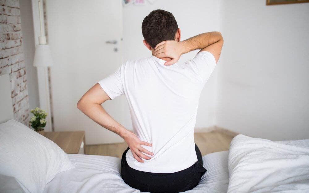 Une douleur entre les omoplates peut être liée à une névralgie intercostale.