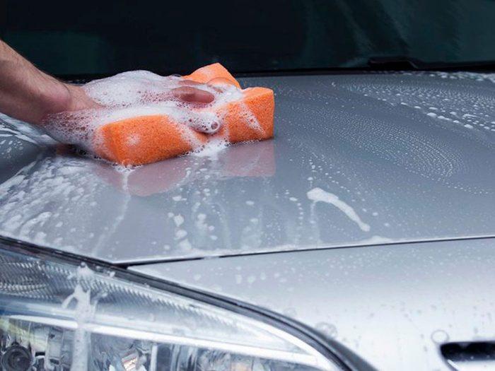 Ne pas la laver régulièrement peut réduire la durée de vie d'une voiture.
