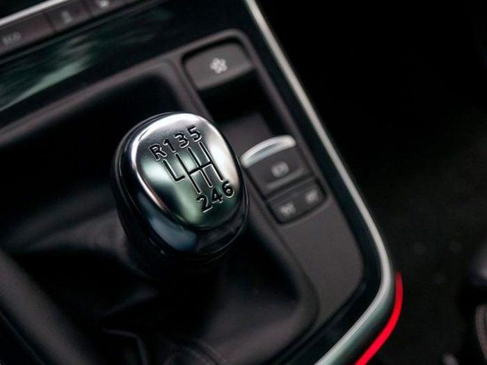 Tenir le levier de vitesse peut réduire la durée de vie d'une voiture.