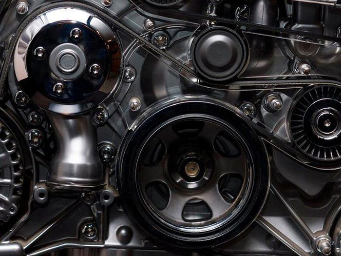 Ne pas penser à nettoyer sous le capot peut réduire la durée de vie d'une voiture.