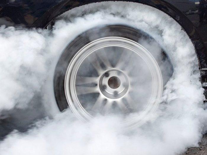 Trop jouer avec l'accélérateur peut réduire la durée de vie d'une voiture.