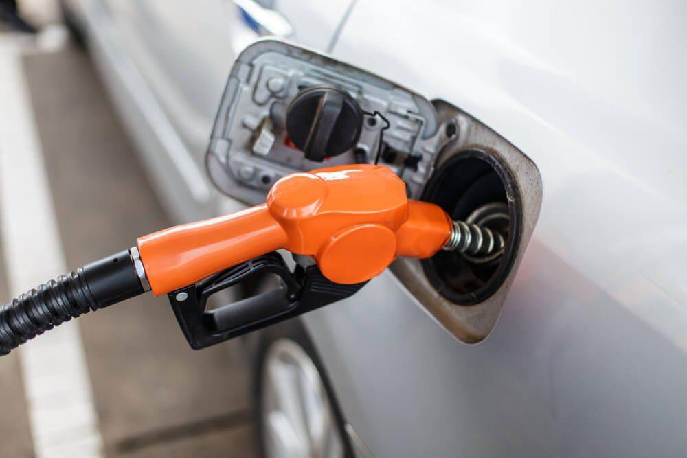 Réduire la durée de vie d'une voiture en utilisant de l'essence à moindre coût.