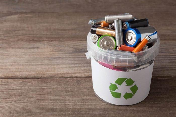 Résolution écologique à adopter : recycler les piles usagées.