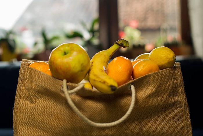 Résolution écologique à adopter : apporter des sacs réutilisables.