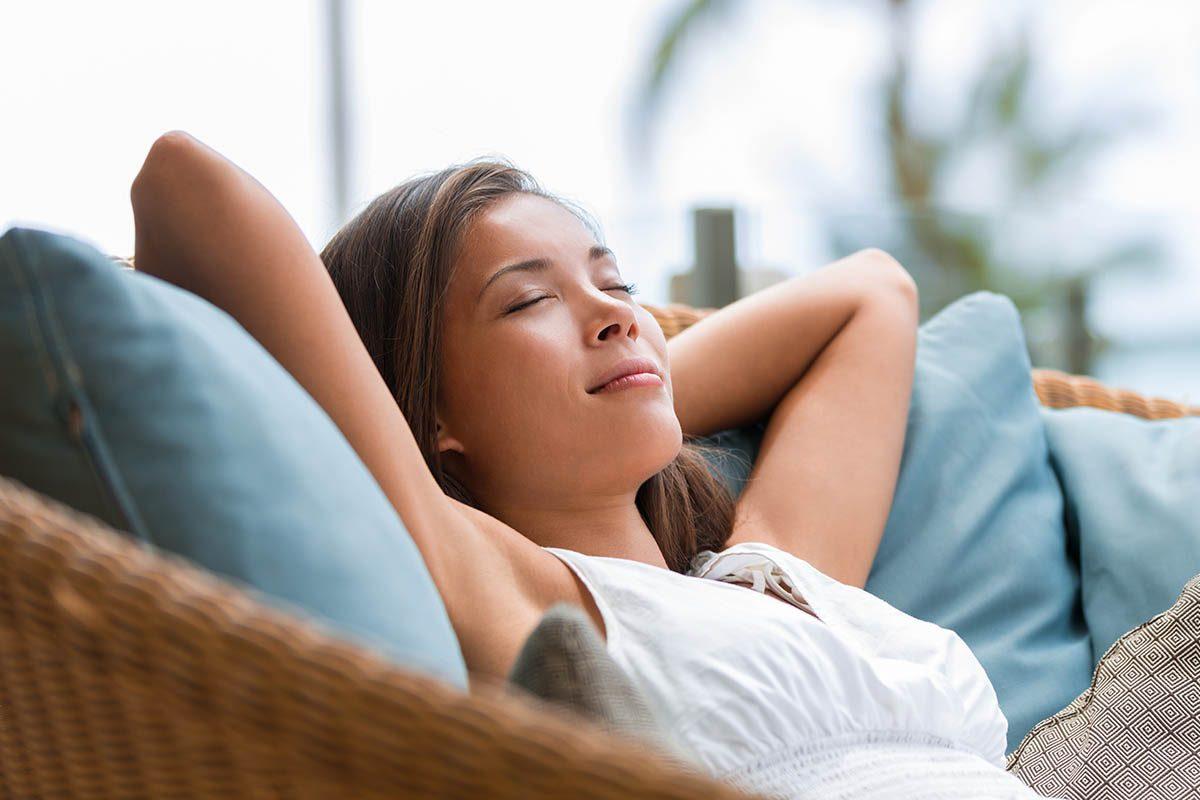 Évitez les excès de table en évitant la sieste allongé après le repas.