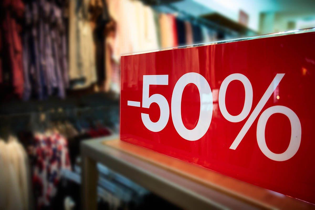 Magasinage : pour vous faire dépenser plus, les magasins arrondissent vos économies.