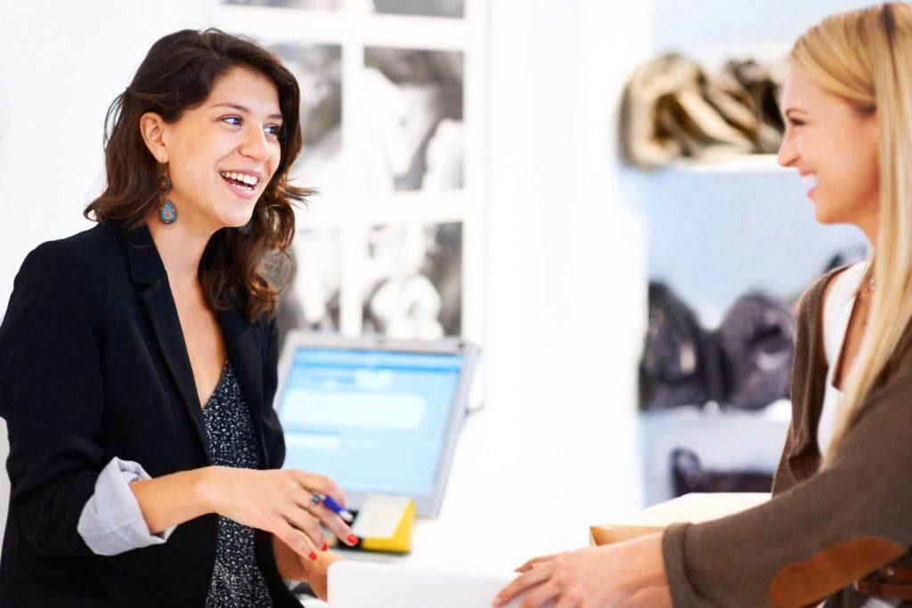 Magasinage : les vendeurs vous séduisent à coups de faveurs, conseils et services.