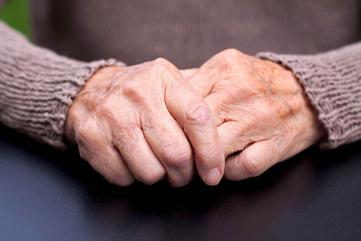 Mythe sur la santé : l'arthrite et les os qui craquent, ça fait partie du vieillissement.
