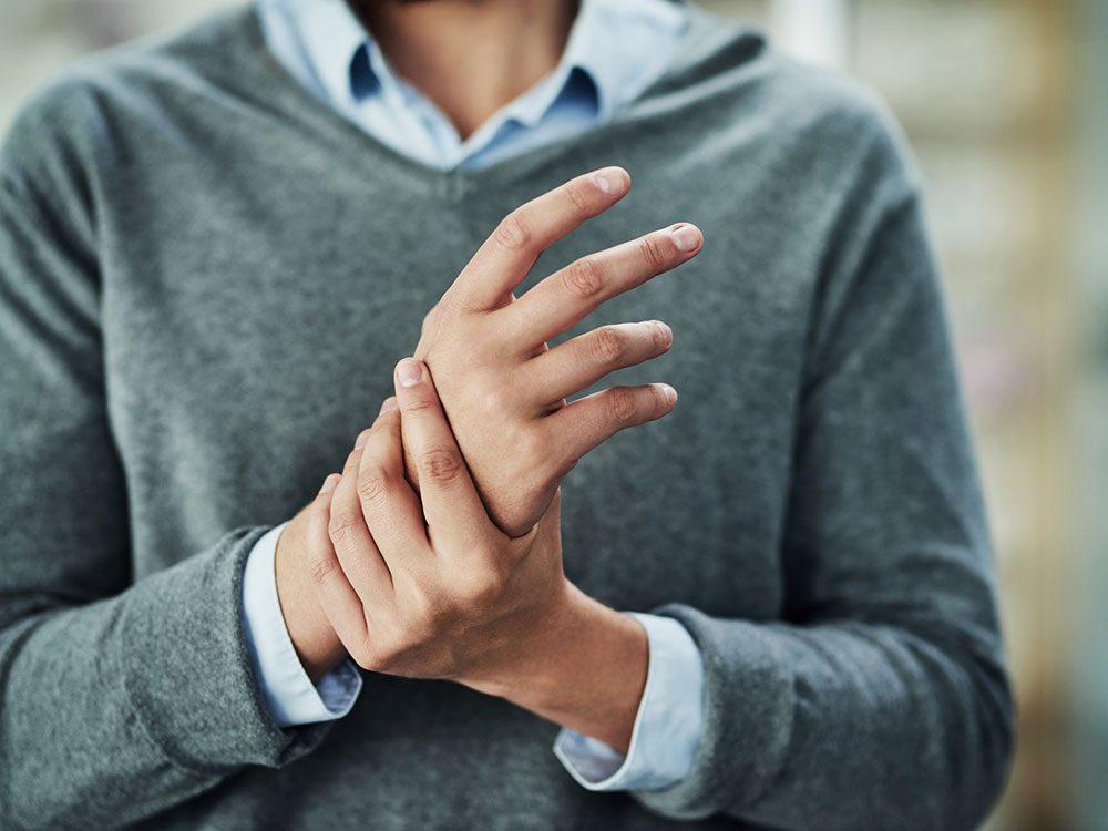 Mythe sur la santé: faire craquer ses jointures peut donner de l'arthrose.
