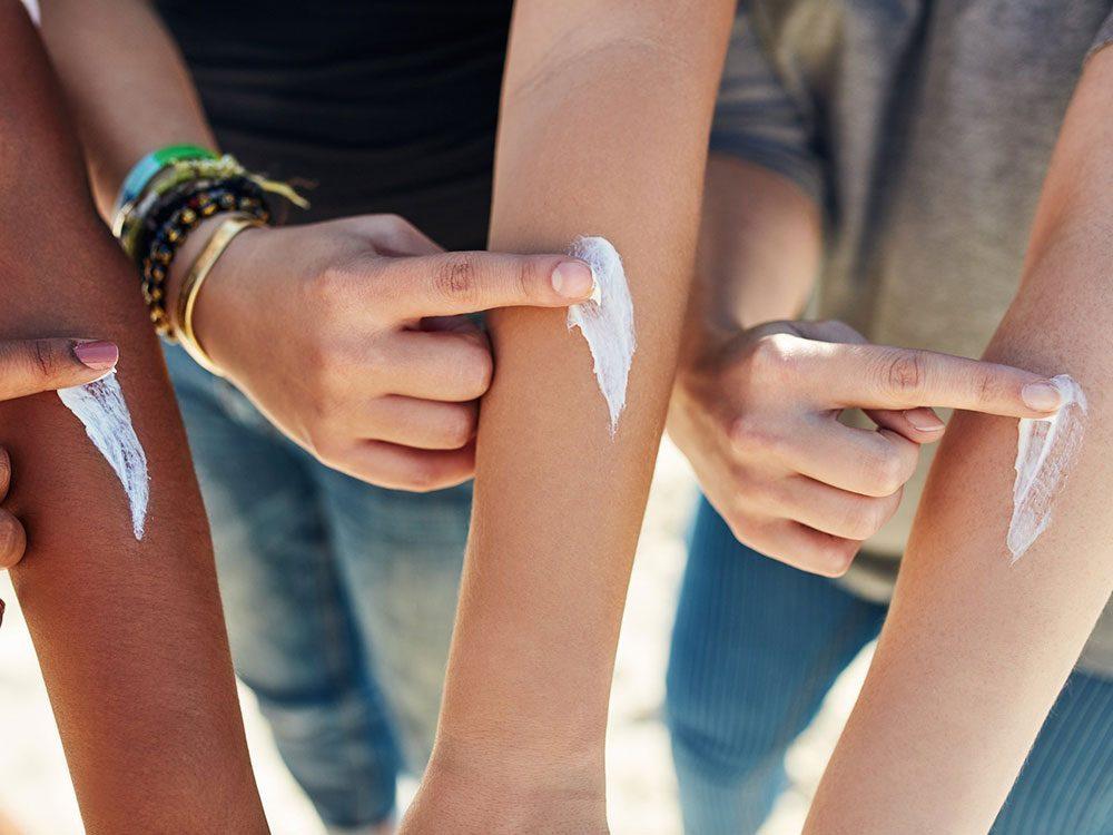 Mythe sur la santé: les crèmes solaires donnent le cancer.