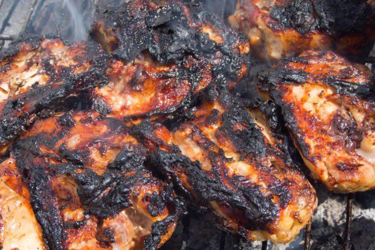 Vous risquez de paraître plus vieux en mangeant de la viande carbonisée.