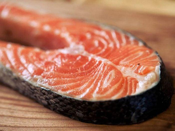 Le Saumond'élevage de l'Atlantique fait partie des poissons que vous devriez éviter de manger.