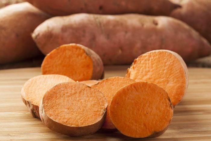 Le potassium est très présent dans les pommes de terre et les patates douces.