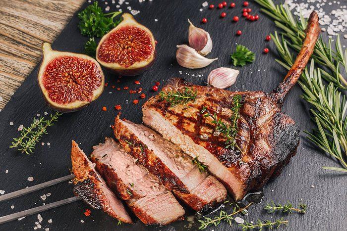 Pour le repas de Noël, préparez des côtelettes de porc aux figues.