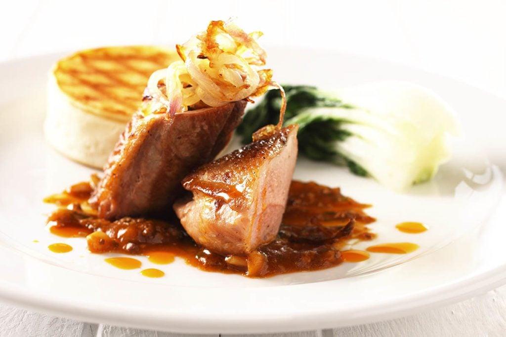 Pour le repas de Noël, préparez un magret de canard avec oignons confits.