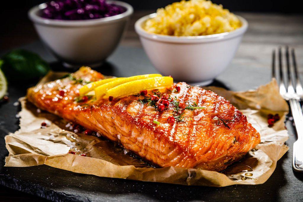 Pour le repas de Noël, préparez un pavé de saumon au miel et au thé avec ail confit.