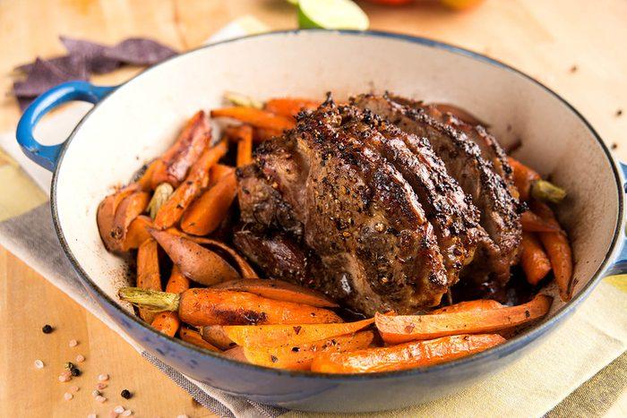 Pour le repas de Noël, préparez un rôti de porc aux carottes, patates douces et pommes.