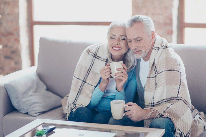 Guérissez plus vite du rhume en demandant à un proche de vous dorloter.