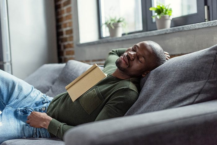 En cas de rhume, évitez de vous reposer allongé.