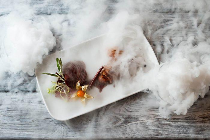 Idée romantique : préparer un repas spécial.