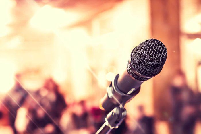 Idée romantique : chanter sa chanson préférée.