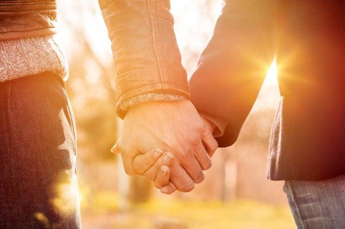 Idée romantique : se tenir par la main.