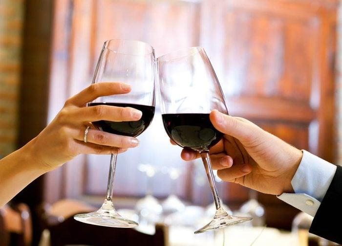 Idée romantique : porter un toast à votre amour.
