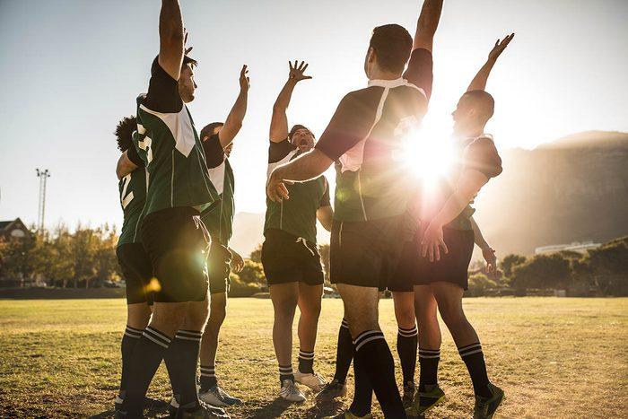 Une routine quotidienne saine vous permet de socialiser en pratiquant une activité physique.
