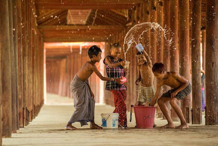 Tradition porte-bonheur en Birmanie : récurez la malchance.