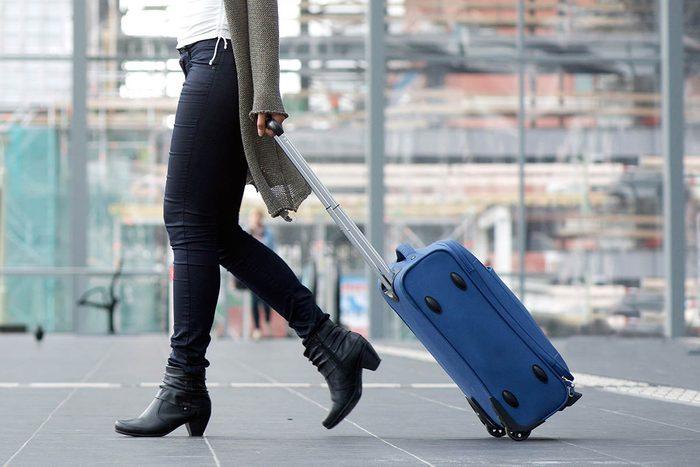 Tradition porte-bonheur en Colombie : trimballez une valise vide.
