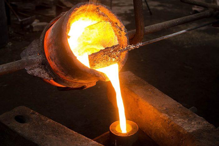 Tradition porte-bonheur en Finlande : coulez du métal.